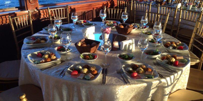 Restaurant Tipi deniz manzaralı yemek masası