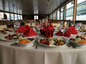 Restaurant Tipi teknenin yemek masasının örneği