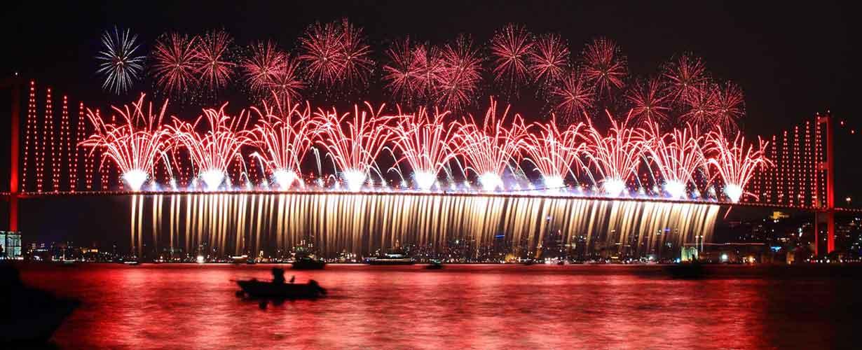 İstanbul Boğazında yılbaşı kutlamaları
