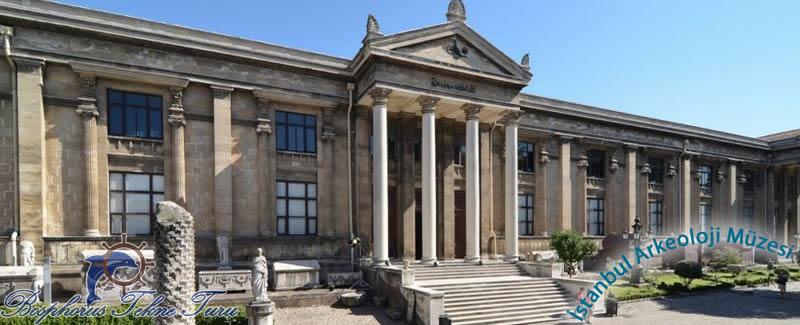 İstanbul Arkeoloji Müzesinin giriş kapısından çekilmiş bir fotoğraf