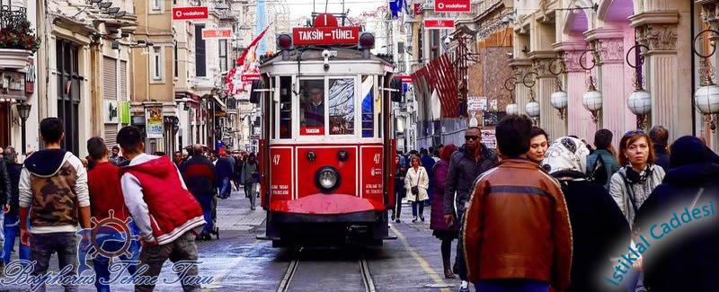 İstiklal Caddesinde tranvay geçerken çekilmiş bir fotoğraf