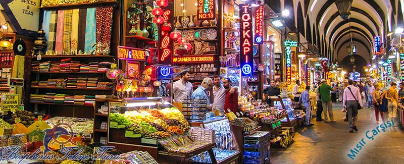 İstanbuldaki Mısır Çarşısının içerisinden çekilmiş şık bir fotoğraf