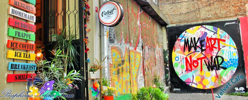 Paint çalışmasıyla süslenmiş duvara sahip Velvet Cafe'den bir fotoğraf