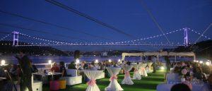 İstanbul boğazında tekne üzerinde yapılan bir düğün