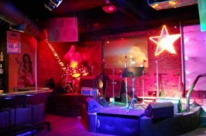 MOJO LIVE MUSIC BAR içerisinden gece çekimi bir fotoğraf
