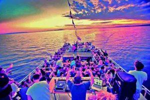 İstanbul boğazında teknede parti
