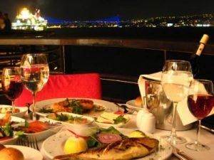 İstanbul boğazında teknede akşam yemeği